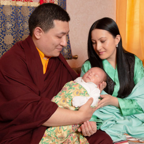 HUGE BLISS – 17. Karmapa Thaye Dorje with his son and his wife (Photo © Thule G. Jug)